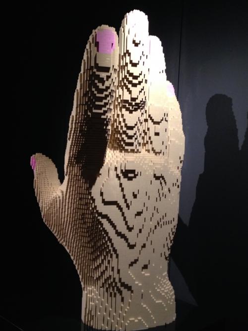 Une main en Lego